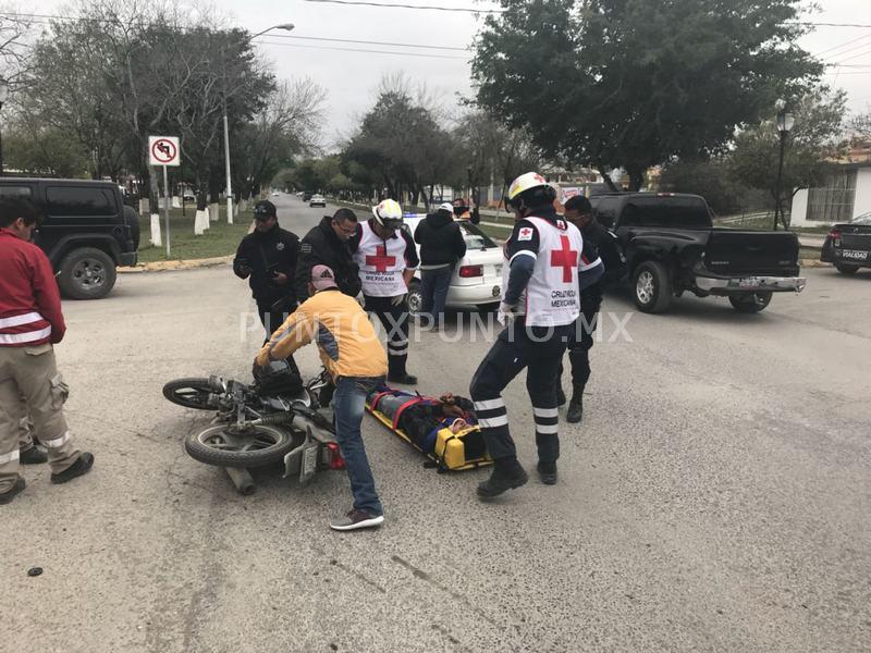 CHOQUE ENTRE MOTO Y TAXI, TRASLADAN A MOTOCICLISTA HERIDO.
