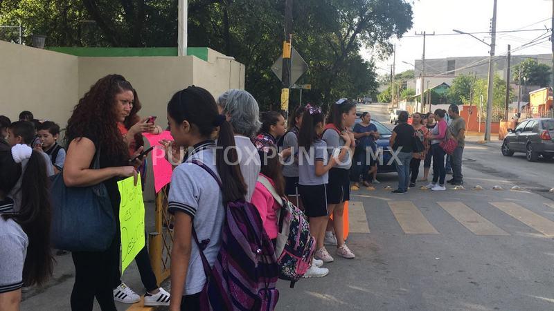 PROTESTAN PADRES DE FAMILIA Y ESTUDIANTES EN ESCUELA, PIDEN DESTITUCIÓN DE DIRECTORA.