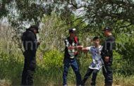 MOVILIZA A LA POLICIA UN HOMBRE FORCEJEANDO CON JOVENCITO EN LA VÍA PUBLICA, ERA SU PADRE Y EL MENOR SE QUERÍA LANZAR A LOS AUTOS