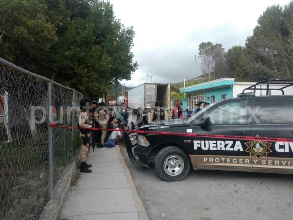DESCUBRE FUERZA CIVIL 161 INDOCUMENTADOS QUE VIAJABAN EN LA CAJA DE UN TRÁILER, DETIENEN A DOS POLLEROS.