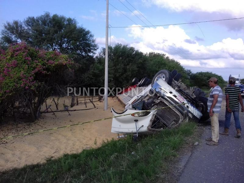 ACCIDENTE EN CARRETERA QUE DIRIGE DE TERAN A CHINA, VUELCA TRÁILER CARGADO DE MAÍZ.