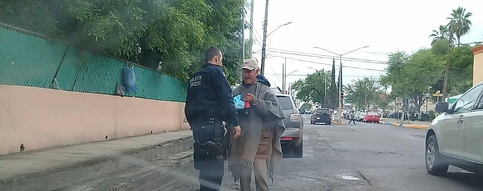 CAPTAN A ELEMENTO DE SEGURIDAD DE SANTIAGO, BRINDANDO APOYO A TRANSEÚNTE.