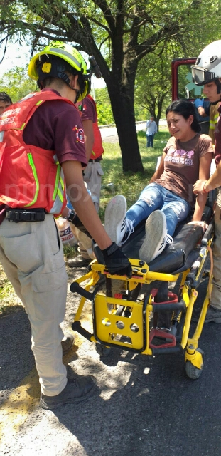 VEHÍCULO SALE DE LA CARRETERA EN MONTEMORELOS, REPORTAN CINCO LESIONADOS.